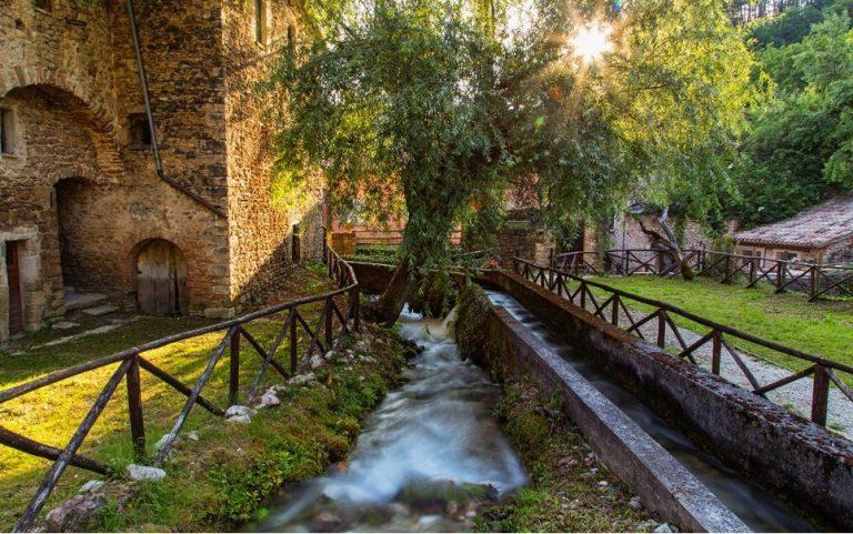 Uno dei canali di Rasiglia. Foto di Sandro Casuzzi